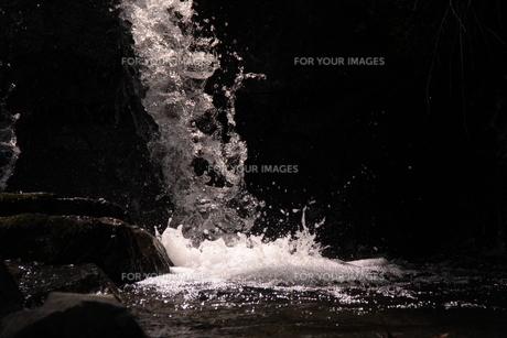 小さな滝の水しぶきにそそぐ光の素材 [FYI00404734]