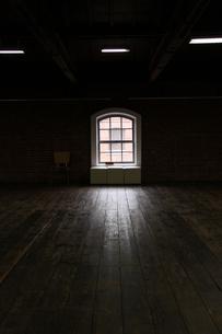 格子窓と木目床の素材 [FYI00404759]