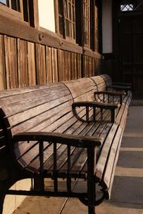 旧駅舎の木製ベンチの素材 [FYI00404770]