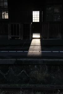旧駅舎に差し込む夕日の素材 [FYI00404772]