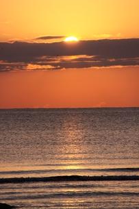 水平線に沈む夕日の写真素材 [FYI00404777]
