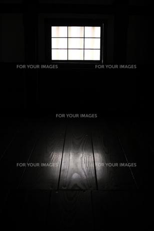 格子窓から差し込む光の素材 [FYI00404778]
