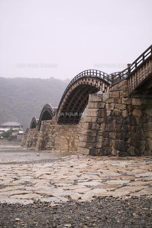 雨の錦帯橋の素材 [FYI00404791]