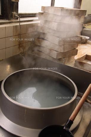 湯気の上がる讃岐うどん茹で釜の写真素材 [FYI00404796]