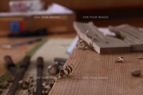 刀鞘の製作とカンナ屑の写真素材 [FYI00404815]