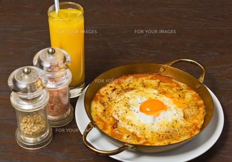 半熟卵のせ焼きキーマカレーの写真素材 [FYI00405092]
