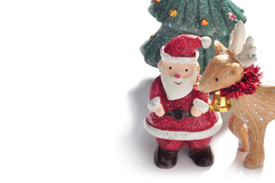 サンタクロースとトナカイとツリーの飾りの写真素材 [FYI00405142]