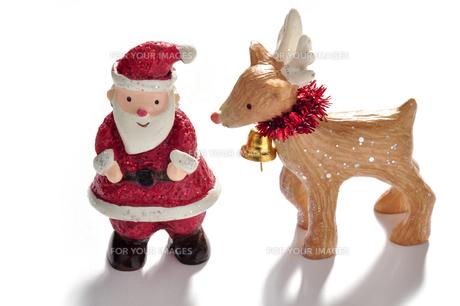 サンタクロースとトナカイの飾りの写真素材 [FYI00405162]