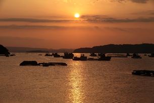 夕日に映える漁港の写真素材 [FYI00405176]