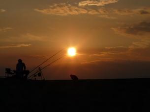 夕暮れの堤防の写真素材 [FYI00405260]