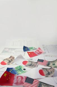 国旗と紙幣の写真素材 [FYI00405264]