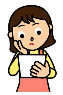 書類をよく読む女性の写真素材 [FYI00405478]