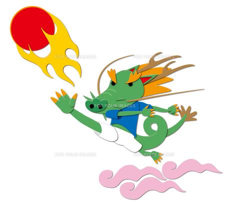サッカーする竜の写真素材 [FYI00405691]
