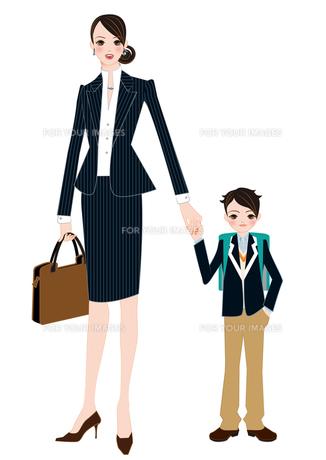 働くお母さんと小学生の息子の写真素材 [FYI00405745]