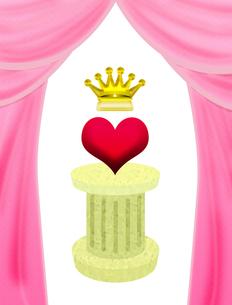 台座に乗った王冠付きハートの写真素材 [FYI00406848]
