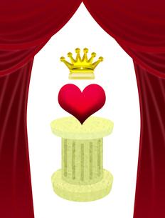 台座に乗った王冠付きハートの写真素材 [FYI00406852]