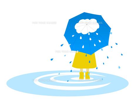 雲の絵の傘をさす子供の写真素材 [FYI00407066]