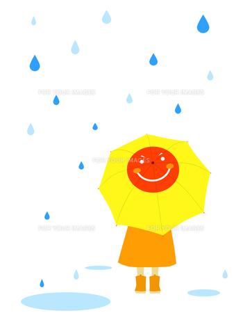 お日様の絵の傘をさす子供の写真素材 [FYI00407077]