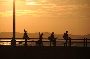 夕景と釣り人の写真素材 [FYI00407135]