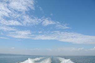 船から見た海と空の写真素材 [FYI00407136]