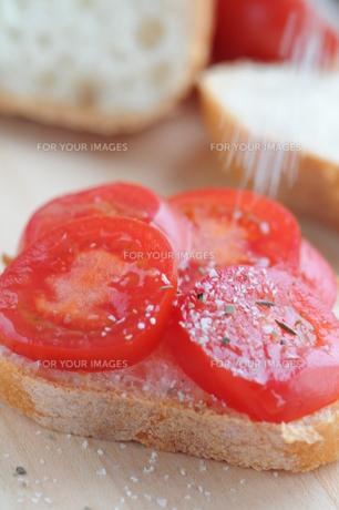 トマトオープンサンド 塩をふるの写真素材 [FYI00407182]