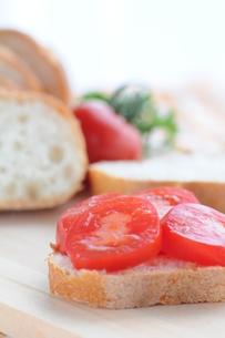 トマト オープンサンドの写真素材 [FYI00407195]