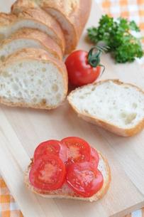 トマトのオープンサンドの写真素材 [FYI00407198]