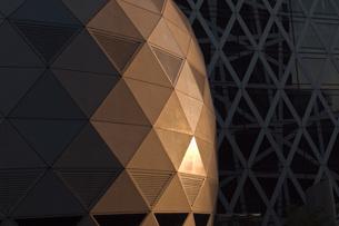 夕日のコクーンタワーの写真素材 [FYI00407236]