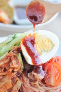 韓国料理 ビビン麺の写真素材 [FYI00407267]