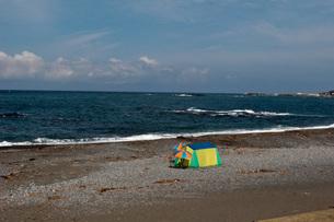 海とパラソルの写真素材 [FYI00407284]