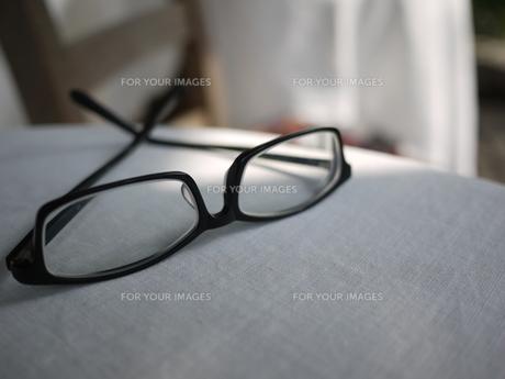 メガネと影 テラスにて 4の写真素材 [FYI00407474]
