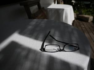 メガネと影 テラスにて 1の写真素材 [FYI00407475]