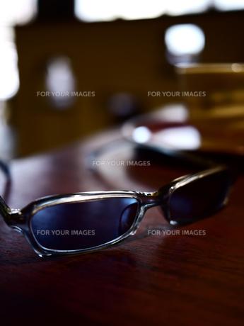 テーブルのサングラス1の素材 [FYI00407478]