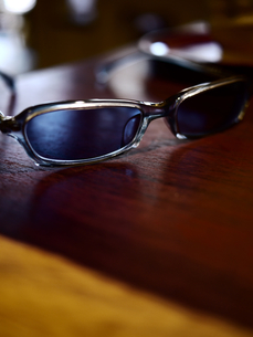 テーブルのサングラス3の写真素材 [FYI00407491]