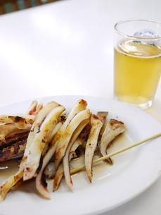 焼きイカとノンアルコールビールの写真素材 [FYI00407495]