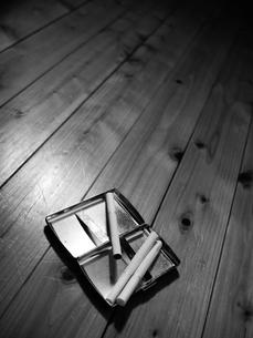 タバコとシガレットケースの写真素材 [FYI00407497]