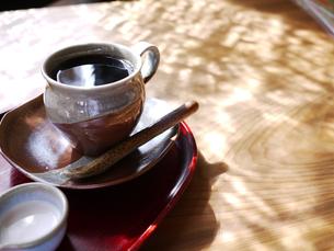 木漏れ日とコーヒーの写真素材 [FYI00407501]