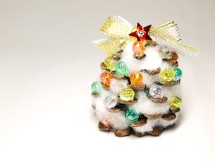 松ぼっくりのクリスマスツリー4の写真素材 [FYI00407541]