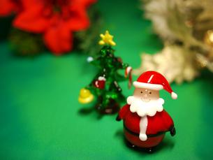 サンタとクリスマスツリーの写真素材 [FYI00407542]
