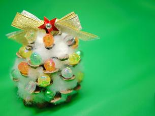 松ぼっくりのクリスマスツリー2の写真素材 [FYI00407543]