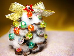 松ぼっくりのクリスマスツリーの写真素材 [FYI00407545]