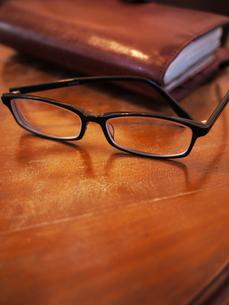 テーブルと眼鏡の写真素材 [FYI00407553]