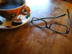 メガネとコーヒーカップの写真素材 [FYI00407563]