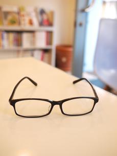 テーブルとメガネ2の写真素材 [FYI00407582]