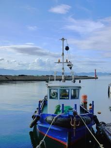係留された青い漁船の写真素材 [FYI00407585]