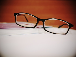 本とメガネの写真素材 [FYI00407650]