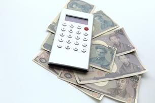 電卓と紙幣の写真素材 [FYI00407956]