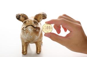金色のブタと500円の写真素材 [FYI00407962]