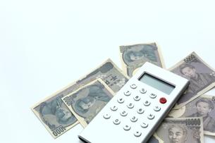 電卓と紙幣の写真素材 [FYI00407974]