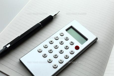 計算機とノートとシャープペンシルの素材 [FYI00407978]